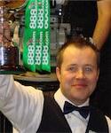 John Higgins präsentiert bei der WM 2007 den Pokal dem Publikum