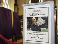 Paul Hunter Plakat in der Kirche, im Hintergrund sein Sarg